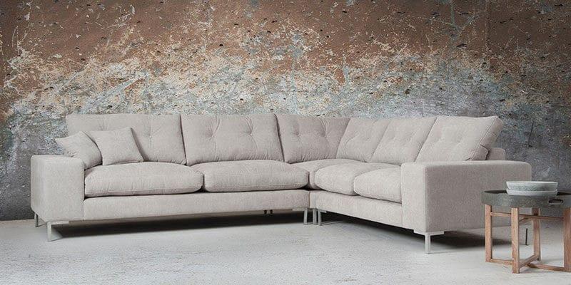 De kleur van de San Remo sofa komt overeen met de vloer waardoor de kleuren in elkaar overlopen.